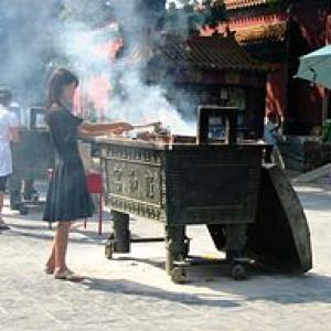 Wierook branden in de Lama Tempel Beijing China augustus 2007